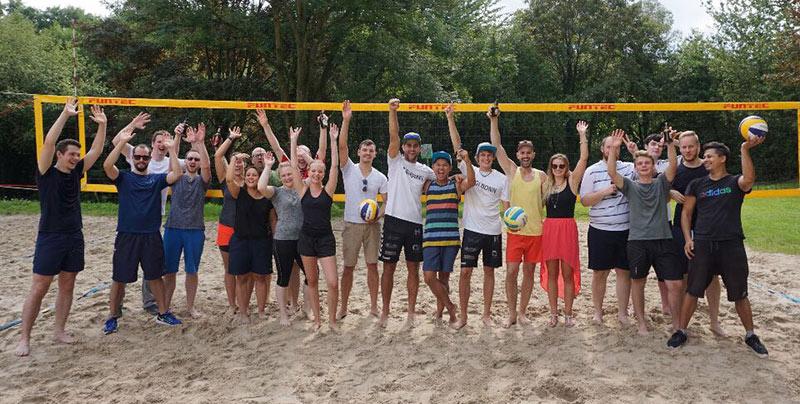 Das Jagi-Team vor einem Volleyballnetz